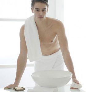 Rửa bao quy đầu bằng nước muối tại nhà có tốt không